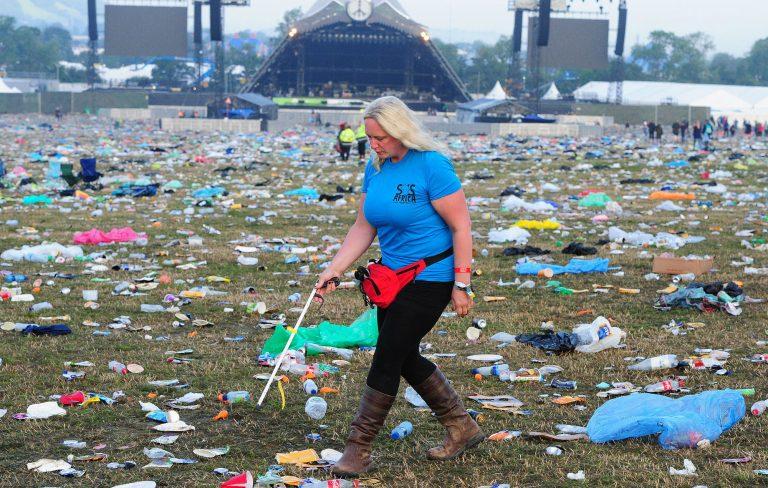 """""""Siamo noi i veri maiali"""", i racconti dei ragazzi che puliscono dopo i festival musicali"""