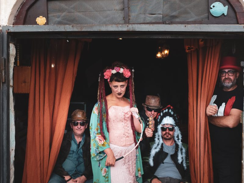 Lola & The Workaholics e il loro primo album Romance