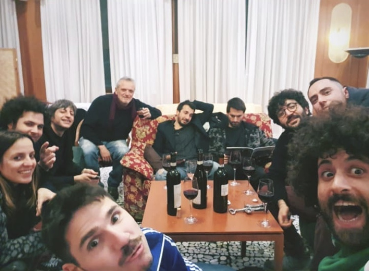 Salice in tour con Gio Evan, diario di bordo ultima pagina: «Foto di famiglia, e c'è la band, c'è il fonico, c'è il manager, ci sono io»