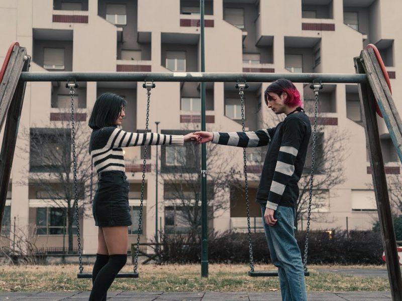 """Sconforto, il suo nuovo video """"Cerco me stesso"""" è un tuffo nel 2007"""