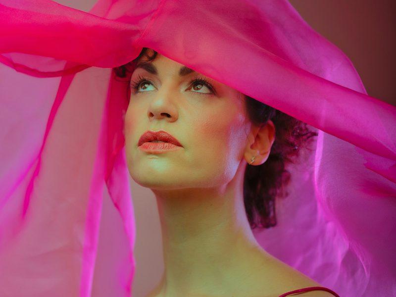 """Sara Loreni, fuori il nuovo singolo """"Eroticamente"""": un inno alle donne"""